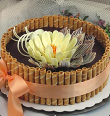 Торты классные.  А если бы бант и бабочки были бы из контрастного шоколада или (белого или подкрашенного)...