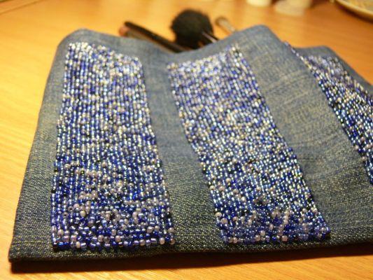 Удобная косметичка, выполненная из джинса и декорированная бисером.